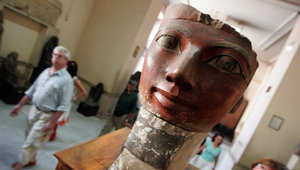 سياح يمرون بالقرب من تمثال الملكة حتشبسوت، واحدة من أقوى الفراعنة في العصر القديم
