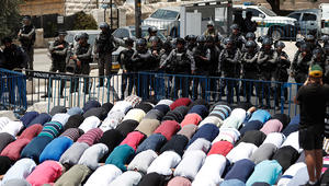 صلى بالإنجيل وسط المسلمين أمام الأقصى.. نضال عبود لـCNN: متحدون ضد سياسات إسرائيل