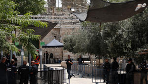 صورة للإجراءات الأمنية التي وضعتها السلطات الإسرائيلية، والتي تشمل أجهزة الكشف عن المعادن وكاميرات على المدخل الرئيسي للمسجد الأقصى في القدس