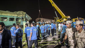 """صورة """"سيلفي"""" لمسعفين أمام حادث قطارين بالإسكندرية تثير ضجة في مصر"""