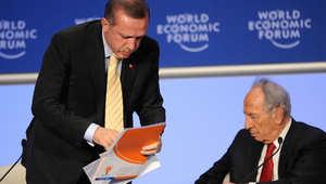 """أردوغان يغادر مناظرة مع الرئيس الاسرائيلي شيمون بيريز بعنوان """"غزة: حالة للسلام في الشرق الأوسط"""" في المنتدى الاقتصادي العالمي في دافوس يوم 29 يناير 2009"""