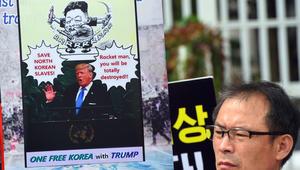 متظاهر كوري جنوبي يحمل لافتة تظهر صورة الرئيس الاميركي دونالد ترامب خلال مسيرة مناهضة لكوريا الشمالية في سيول