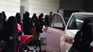 السعودية: القبض على شاب هدد بحرق النساء وسياراتهن