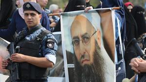 مؤيدون لرجل الدين الإسلامي الشيخ أحمد الأسير يحتجون على حكم قضائي صدر بحقه فى مدينة صيدا، جنوب لبنان