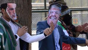 أعضاء حزب سياسي في أفغانستان في مظاهرة احتجاجية ساخرة، من بينهم ممثلون يرتدون قناعا للرئيس الامريكى دونالد ترامب والرئيس السابق حامد كرزاي