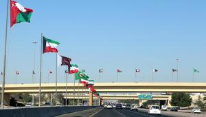 أعلام الدول الأعضاء في مجلس التعاون الخليجي على طريق سريع في مدينة الكويت