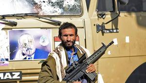 مقاتل من الحوثيين خارج مقر اقامة الرئيس اليمني السابق علي عبد الله صالح في صنعاء
