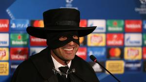 """من هو المدرب الذي ارتدى قناع """"زورو"""" احتفالا بالتأهل؟"""