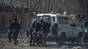 متطوعون أفغان ورجال شرطة ينقلون المصابين الى سيارة اسعاف بعد انفجار سيارة ملغومة أمام مبنى وزارة الداخلية القديم فى كابول يوم 27 يناير 2018