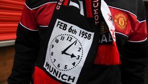 جماهير مانشستر يونايتد تحيي الذكرى 60 لحادثة تحطم طائرة الفريق في ميونخ