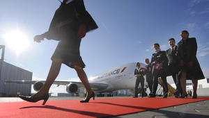 الخطوط الجوية الفرنسية تفرض الحجاب على المضيفات خلال الرحلات إلى إيران وبعضهن يرفضن ارتداءه