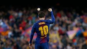 هل تصدق أن أول عقد وقعه ميسي مع برشلونة كان على منديل طعام؟
