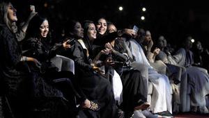 سعوديات يلتقطن صور سيلفي أثناء حضورهن حفلة موسيقية لتامر حسني في مدينة جدة