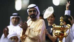 """حاكم دبي الشيخ محمد بن راشد يرقص فرحاً بعد فوز جواده """"ثندر سنو"""" بكأس دبي العالمي للخيول"""