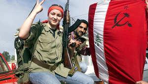 شابة ترفع علامة النصر أمام منزل أنطوان لحد في مرجعيون، بعد انسحاب اسرائيل من جنوب لبنان