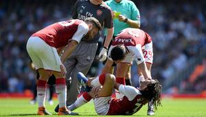 """محمد النني يتعرض لإصابة ويغادر الملعب على """"نقالة"""""""