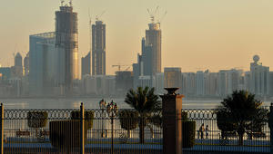 سفارة قطر بالإمارات تنصح رعاياها بالتوجه عبر الكويت أو عُمان إذا تعذر سفرهم