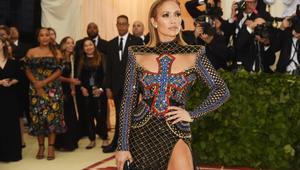 جينيفير لوبيز تتألق بفستان مثير يتوسطه صليب في حفل