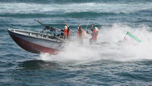 قوارب الحرس الثوري الإيراني المسلحة تقترب من سفينة تحمل على متنها قائد القيادة المركزية الأمريكية.. هل علموا بوجوده؟