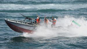 تحرش الحرس الثوري الإيراني بسفن أمريكا يستمر.. 7 زوارق هجومية تعترض سفينة للبحرية الأمريكية