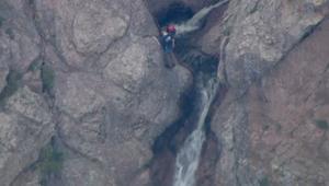 شاهد.. لحظة إنقاذ متسلق علق على قمة جبل شاهق