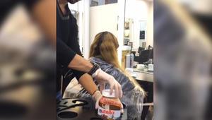 """مصفف شعر في صالون """"عابد وسامر"""" بلبنان يصبغ شعر إحدى زبوناته باستخدام النوتيلا والحليب المكثف"""