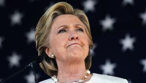 تحليل: كلينتون بحاجة لإبعاد النظر بسرعة عن أزماتها قبل الانتخابات