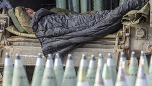 جندي إسرائيلي ينام بجانب ذخيرة مجهزة للاستخدام