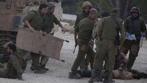 جنود إسرائيليون يسعفون أحد الجرحى