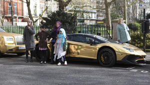 """بالصور: لوحة إحداها عليها """"س ك س"""".. سيارات ذهبية """"سعودية"""" تثير ضجة في لندن"""