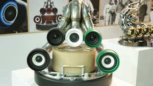 أجهزة صوت على شكل عوادم سيارات وعربات مصفحة بمعرض دبي الدولي للسيارات
