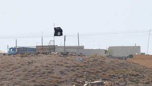 علم تنظيم داعش يرفرف فوق أحد المناطق الخاضعة لسيطرته