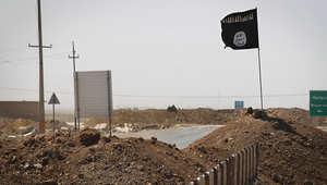 علم تنظيم داعش يرفرف في المنطقة الواقعة بين تكريت وكركوك بالعراق