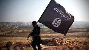 علم داعش رفع فوق أحد الهضاب شمال سوريا