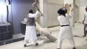 عناصر من داعش يحطمون عددا من التماثيل في متحف الموصل