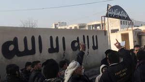 """صورة ارشيفية لمحتجين خارج مقر لـ""""داعش"""" في مدينة حلب السورية"""