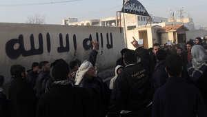مجموعة من السوريين يهتفون خارج المقر الرئيسي لداعش في حلب للمطالبة بوقف القتال
