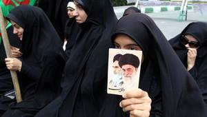 من مظاهرات لطالبات إيرانيات خارج السفارة السعودية