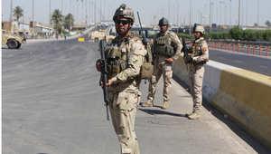 جنود عراقيون يحرسون مركزا لاستقبال المتطوعين بوسط بغداد