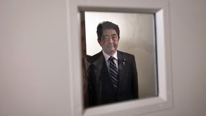 """رئيس الوزراء الياباني يقول لبوتين إن استخدام الأسلحة الكيماوية """"غير مقبول"""""""
