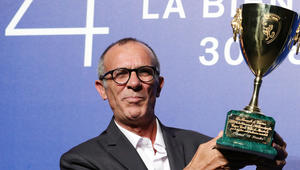 الفلسطيني كامل الباشا يفوز بجائزة أفضل ممثل في مهرجان البندقية