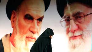 """إيران المنددة بمجزرة """"شارلي إيبدو"""" تعيد إحياء ذكرى فتوى الخميني بقتل سلمان رشدي صاحب """"آيات شيطانية"""""""