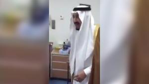 انتشار واسع لمقطع فيديو للملك سلمان وهو يداعب طفلة بمستشفى في الرياض