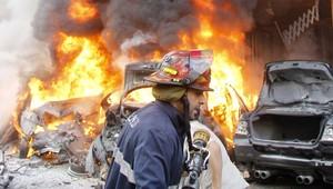 رجال إطفال يحاولون إخماد نيران الانفجار