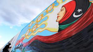 جدارية تحمل شعار الثورة الليبية
