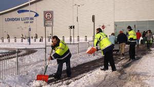 """مصادر لـCNN: إخلاء مطار """"لوتن"""" في لندن بعد العثور على طرد مشبوه"""
