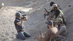 الصحفي مدين ديرية مع مقاتلي الدولة الإسلامية