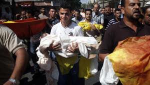 فلسطينيون يحملون جثث ثلاثة أطفال قضوا ضمن عدد من أفراد العائلة بغارة إسرائيلية
