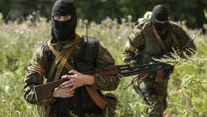 عناصر من انفصاليي اوكرانيا قرب موقع سقوط الطائرة الماليزية