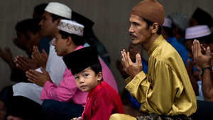 كيف يختلف عمل المصارف الإسلامية بين إيران الشيعية والسعودية الحنبلية وغرب آسيا الشافعي؟